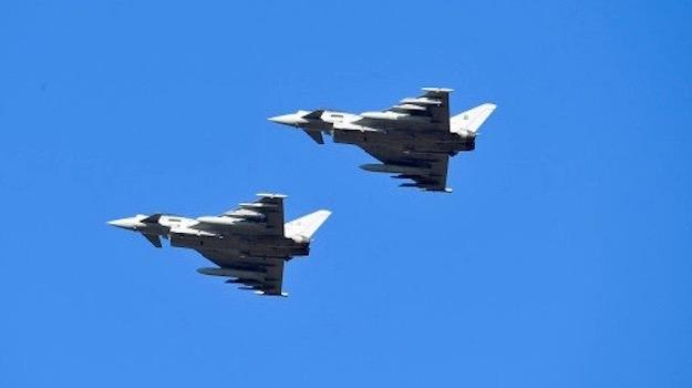 Due caccia Eurofighter in volo