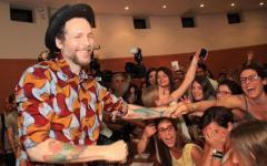 Firenze, Jovanotti agli studenti in Ateneo: «Lavorate gratis per fare esperienza». E su Twitter scoppia la rivolta