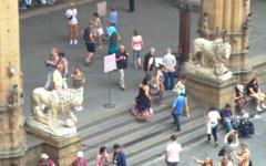 Firenze, Loggia dei Lanzi: accesso a non più di 50 turisti per volta sotto lo sguardo di vigilanti. La notte chiusura e sorveglianza armata