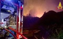 Firenze, brucia nella notte deposito di legname a Peretola (Video)