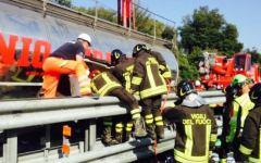 Autostrada A12 Genova-Rosignano: mamma e due figli gemelli (un bambino e una bambina di 9 mesi) gravissimi dopo il tamponamento con un'autoc...