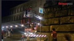 I Vigili del Fuoco rimuovono la pietra pericolante dal muro di Palazzo Pitti