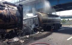Incidente sull'A1 a Firenze Nord: traffico bloccato per camion in fiamme. Un morto (VIDEO)