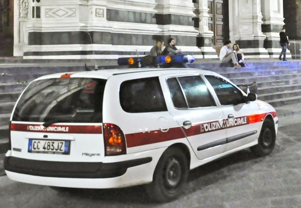 Una pattuglia della Polizia municipale in servizio notturno