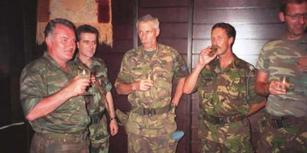 Srebrenica, 12 luglio 1995, Mladic (a sin.) brinda con il colonnello Karremans dei Caschi Blu Onu (al centro)