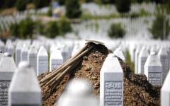 Srebrenica: a 20 anni dal massacro il premier della Serbia cacciato a sassate (VIDEO)