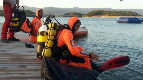 Le ricerche dei vigili del fuoco nel lago di Bilancino