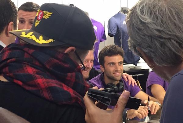 Pepito Rossi circondato dai tifosi a Londra