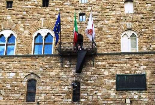 Firenze, drappo nero a Palazzo Vecchio per l'assassinio dell'archeologo siriano Khaled Asaad