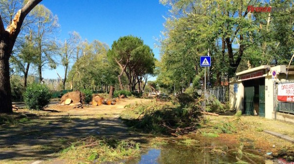 Il tratto del Lungarno Aldo Moro davanti alla Piscina di Bellariva