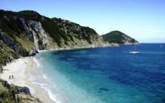 Isola d'Elba: bagnanti feriti sulla spiaggia di Portoferraio. Colpiti da un masso staccatosi da un costone di roccia