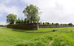 Lucca: cadavere di un uomo con la gola tagliata sotto le Mura. Un altro in ospedale con ferite da taglio