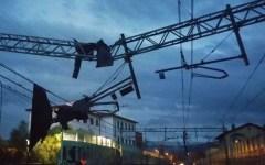 Maltempo in Toscana, pioggia e fulmini bloccano la ferrovia Viareggio-Firenze