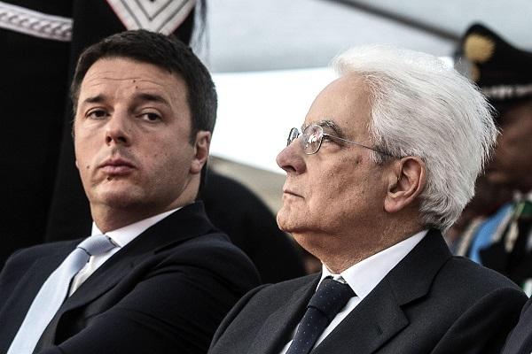 Il presidente del consiglio Matteo Renzi (s) con Sergio Mattarella (d) durante la cerimonia del bicentenario dell'arma dei Carbinieri a piazza di Siena, Roma, 5 giugno 2014. ANSA/ANGELO CARCONI