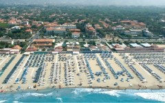 Pietrasanta: lotta al commercio abusivo. Sequestrati oltre 7.000 pezzi contraffatti