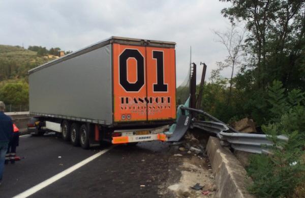 Il pesante automezzo ha bloccato tutta la carreggiata nord verso Firenze