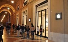 Firenze, di notte in coda davanti al nuovo Apple Store. C'è chi è in fila da tre giorni