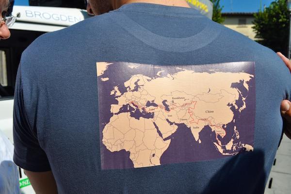 La mappa del percorso sulla maglietta dei due partecipanti alla spedizione