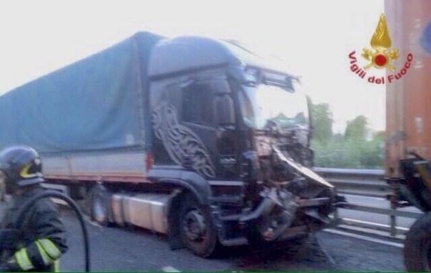 Uno dei mezzi pesanti coinvolto nell'incidente sulla Fi Pi Li