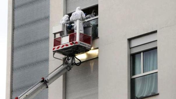 Milano, i rilievi della polizia scientifica sulla finestra da cui Elia Barbetti è precipitato