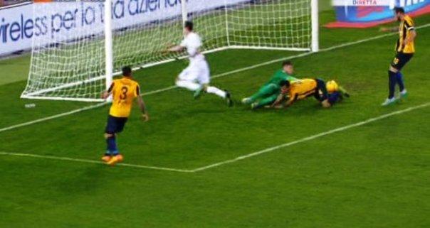 Verona-Fiorentina, vantaggio viola su autogol di Marquez (foto Twitter - SportMediaset)
