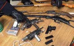 Pistoia, armi e munizioni illegali in casa: nei guai un artigiano e suo padre di 86 anni