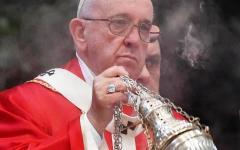 Il Papa ai nuovi preti: «Non sporcate l'eucarestia con interessi meschini»