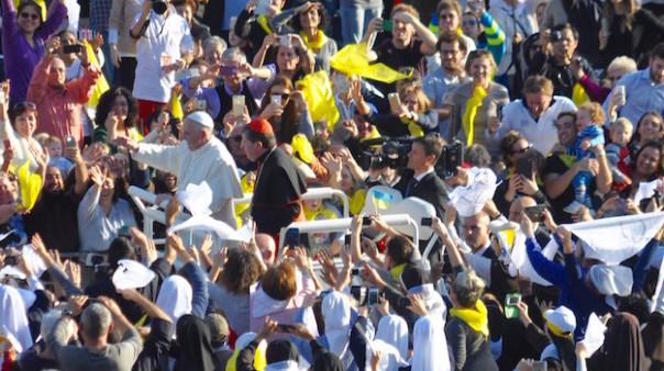 Il Pontefice con il cardinale Betori sulla papabile in mezzo alla folla