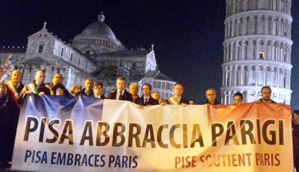 Pisa, presidio di solidarietà con Parigi sotto la Torre (foto Twitter - Sergio Piane)