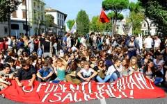 #la buona scuola, cortei di studenti in tutta Italia. A Firenze flash-mob dei ricercatori universitari