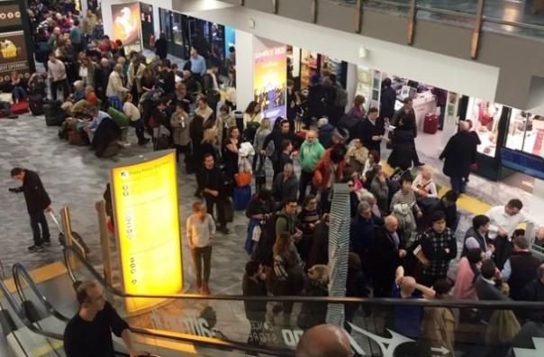 Aeroporti bloccati dalla nebbia, i viaggiatori costretti a code e bivacchi
