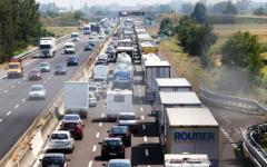 A1 Bologna-Firenze, incidente: Tir perde il carico. Lunga coda fra Aglio e Calenzano