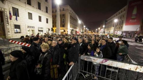 Giubileo, l'attesa dei pellegrini ai varchi già nella notte fra il 7 e l'8 dicembre 2015