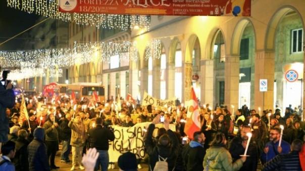 Livorno, un momento della fiaccolata contro il M5S dopo la decisione di Nogarin su Aamps