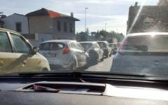 Firenze, traffico nel caos per un tubo spaccato. Su Facebook la rabbia degli automobilisti