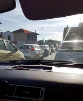 Via Sestese, in coda a passo d'uomo (foto Facebook - Ezio Ronchetti)