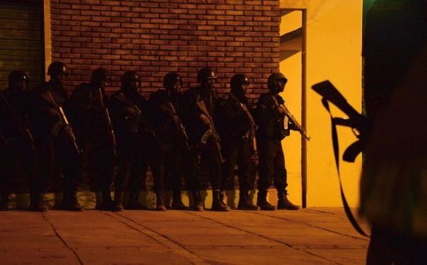 Le forze di sicurezza locali durante l'azione per liberare gli ostaggi