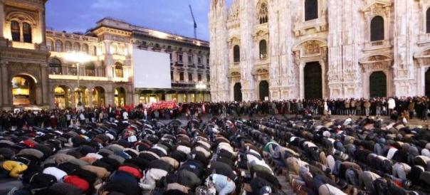 Musulmani in preghiera in piazza Duomo a Milano il 5 gennaio 2009
