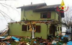 Barga, esplosione in una villetta: due feriti, abitazione distrutta