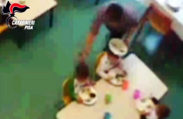 Pisa, un fotogramma dei maltrattamenti che la maestra già arrestata avrebbe inflitto ai piccoli