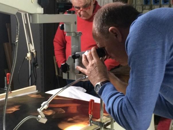 Le tre età dell'uomo di Giorgione, custodito nella Galleria Palatina e la foto dell'opera all'Opificio delle Pietre Dure di Firenze con due restauratori: Roberto Bellucci (in primo piano al microscopio) e Ciro Castelli