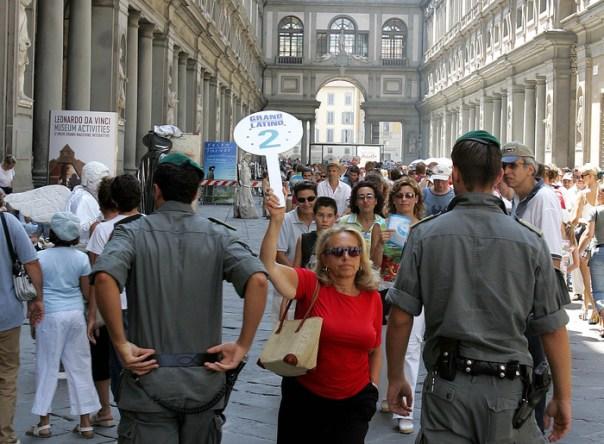 Guardia finanza controlli Firenze turisti Uffizi
