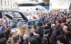 Studentesse Erasmus morte a Tarragona: migliaia di persone ai funerali Valentina, Elena e Lucrezia