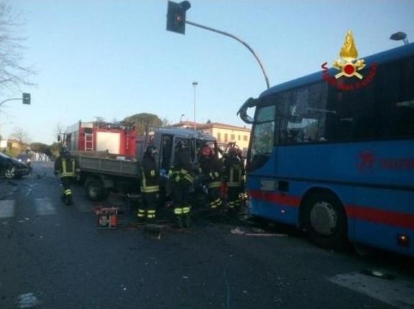 Scontro tra bus,auto e furgone, tre feriti non gravi