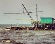 Pisa: barca si rovescia a Bocca d'Arno. Quattro occupanti in mare, salvati da un gommone e dai pompieri