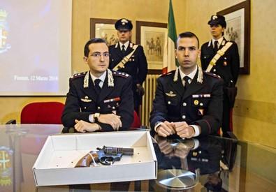 I carabinieri mostrano la pistola scacciacani modificata sequestrata