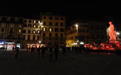 Attentati di Bruxelles: a Firenze il Biancone (la fontana del Nettuno) coi colori del Belgio. Fiaccolata di solidarietà