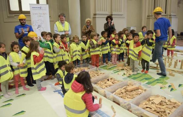 Piccoli ingegneri al lavoro nel cantiere di Autostrade per l'Italia al festival dei bambini