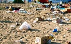 Ambiente: le spiagge invase dai rifiuti, plastica, cotton fioc e mozziconi di sigarette. Un'indagine di Legambiente
