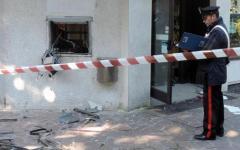 Capannori: fanno esplodere il bancomat, ma sono costretti ad abbandonare la cassaforte